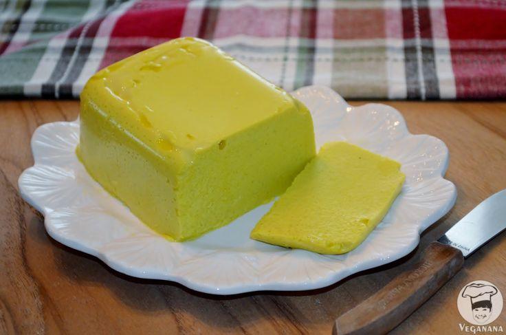 Queijo Cremoso de Amêndoas com Alho e Cúrcuma (Vegan, mas nao e' cru) 1 xícara e meia de água fria 3 colheres de chá de ágar ágar em pó 1/2 xícara de resíduo do leite de amêndoas suco de meio limão 1 dente de alho pequeno 1 colher de chá de sal 1 colher de sopa de Nutritional Yeast (opcional) 1 colher de sopa de azeite de oliva extra-virgem 1 colher de sopa de cúrcuma em pó pimenta do reino (opcional)