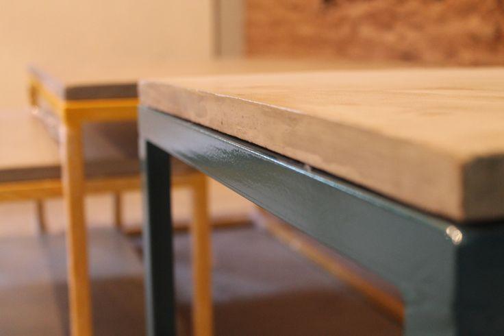 Mesa con estructuras de hierro y pintura al calor. Tapa en cemento.  Bará Diseño.  www.bara3.com.ar