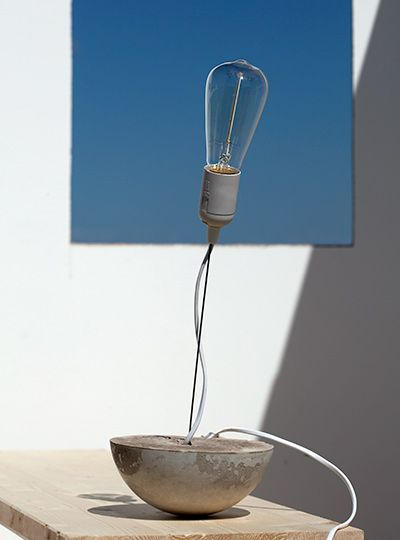 Bausatz für DIY-Lampe aus Beton. Durch die Rundung des Betons tanzt die DIY-Lampe, hält aber ihre Ausrichtung. Als Lampe auf dem Schreibtisch sorgt sie für weiches Licht am Arbeitsplatz.