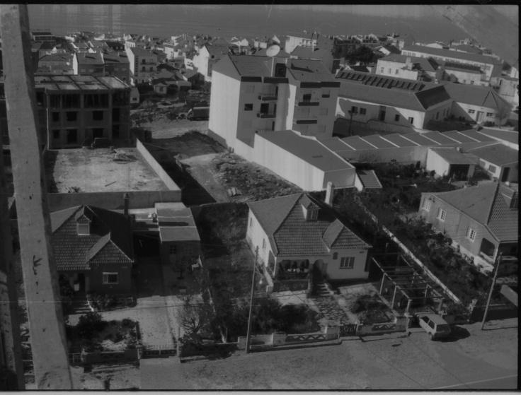 Foto da casa dos meus avós paternos, na Ericeira, que foi demolida. Gratas recordações de muitos bons tempos lá passados.