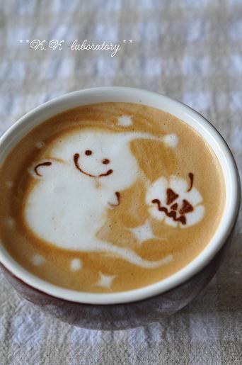 Halloween Latte. This makes me so happy! http://williamsburgpottery.com/au-bon-pain/