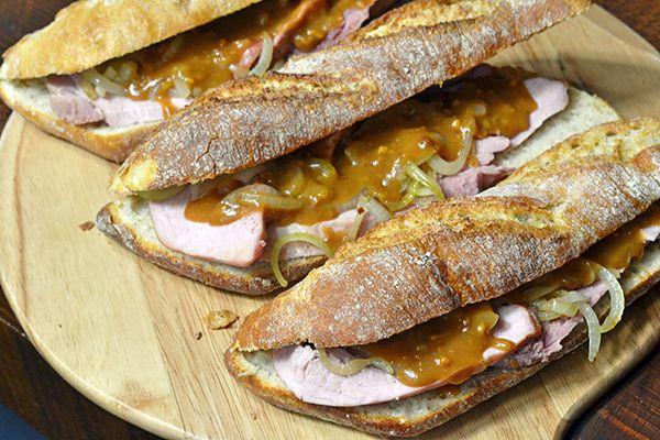 Ideaal voor dit koude weer en in no-time klaar is dit receptje van Tim: Broodje warm vlees. Met beenham uit de oven en zelfgemaakte satésaus.