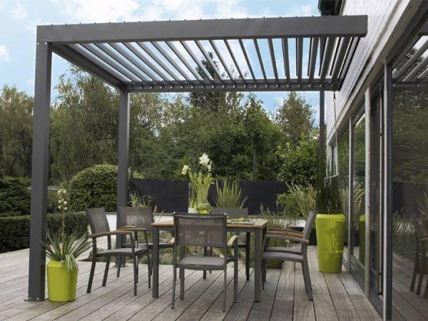auvent de terrasse aluminium avec un sol en bois bangkirai