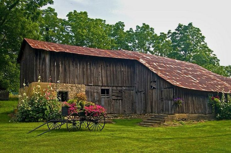 via Sun Baked Treasures~  Love this barn!