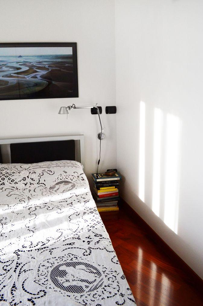 Guestroom_libri_comodino_tolomeo_lamp_quadro_riflessi