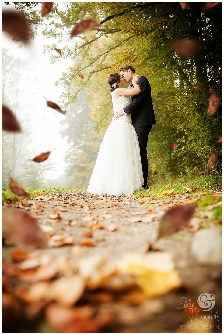 Herbsthochzeit im Oktober in der Nähe des Chiemsees.   Fall wedding with falling leaves.   #fall #wedding #autumn #falling #leaves #Herbstlaub #Hochz…