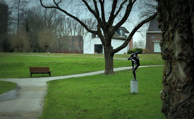 Wilhelminapark met beeldje de 'Zoetermeermin' van Eddy Roos  -  Zoetermeer