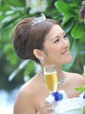 ティアラ×夜会巻きはクラシックな印象に ウェディングドレス・カラードレスに合う〜夜会巻きの花嫁衣装の髪型一覧〜