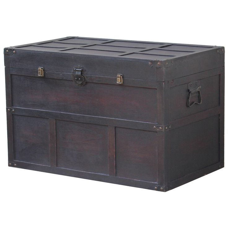 Add this decorative Cedar Chest to your home for some extra storage and a touch of nostalgia. The oversize piece is ideal as a coffee table and has all the vintage details that will enhance its charm and the appearance of your setting.