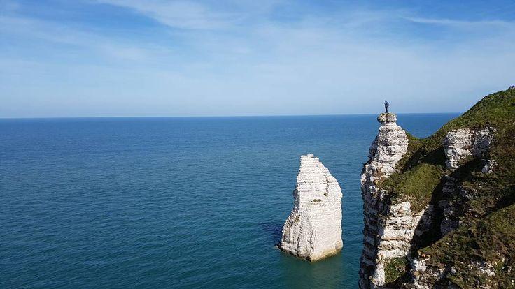 Maxime de @trekkingetvoyage  face à la mer. Un grand malade  #wat17 #neverstopexploring #etretat #slowtravel #bluesky #bluesea #france #normandy #normandie #iger #cliff  #falaise #crazy #travel #beautiful
