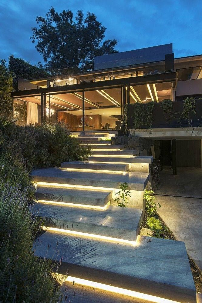 Nice lighting and steps outside this house design by Paola Calzada Arquitectos