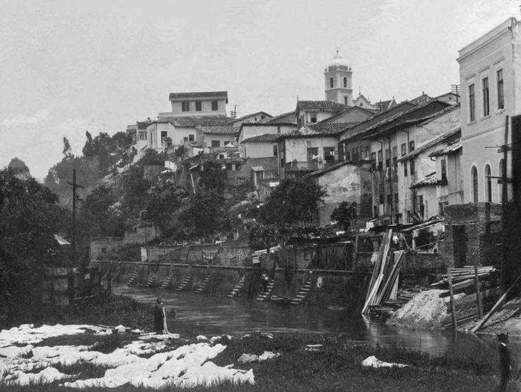 1910 - Casario e lavadeira às margens do Rio Tamanduateí. Visão a partir da Várzea do Carmo (atual Parque Dom Pedro II). Foto de Vincenzo Pastore. Acervo do Instituto Moreira Salles.
