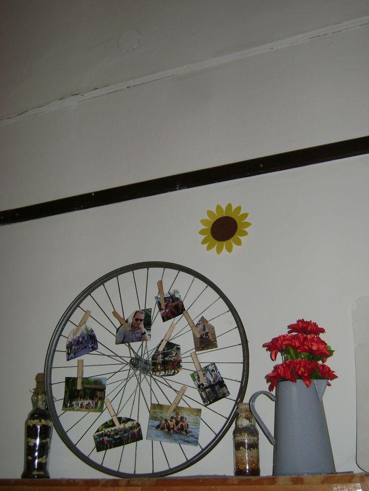 bicikli kerék újrahasznosítva (csak egy kis lakk, néhány fotó csipeszekkel)