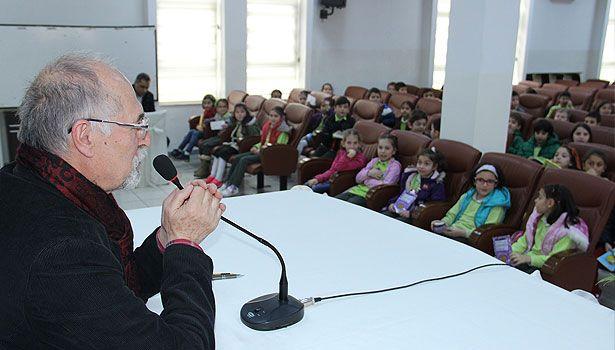 Zonguldak'ın Ereğli ilçesinde Kütüphaneler Haftası nedeniyle düzenlenen etkinliğe katılan öykü ve roman yazarı Adnan Özveri öğrencilerle söyleşi gerçekleştirip, kitaplarını imzaladı.