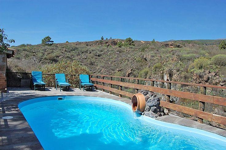 Description: Lieflijke vakantiehuisjes met zwembad midden in het Nationaal Park El Teide Sfeer als 200 jaar terug in de tijd Let op het houten bordje met daarop Casa La Venta als je het kleine dorp Las Vegas al weer bijna uitrijdt. Voor je het weet ben je er al aan voorbij. Het doorgaan van de voordeur gooit je in een keer zo?n 200 jaar terug in de tijd. Een binnenplaatsje houten luikjes deuren en trapjes stenen bogen en een oude druivenrank die een plek schaduw vormt op warme dagen zeker…
