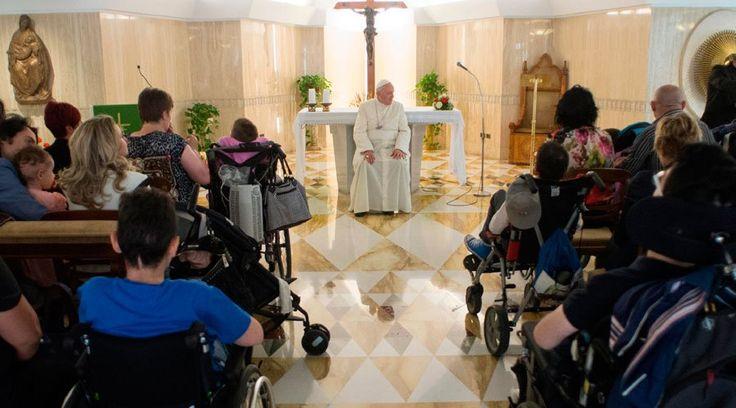 """""""Ustedes son los pequeños héroes de la vida"""", les dijo el Papa Francisco el viernes a los padres y a sus hijos gravemente enfermos con quienes se encontró en la Casa Santa Marta, y les agradeció por su coraje de oponerse al aborto, que quiere imponer la cultura del descarte siguiendo """"la regla de los mafiosos"""", que cuando hay """"un problema"""", lo resuelven """"haciéndolo fuera""""."""
