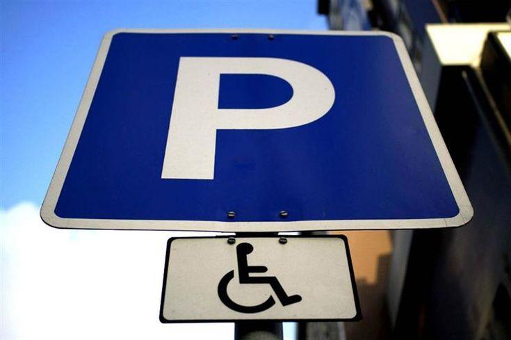Quem estacionar em lugares para deficientes perde dois pontos na carta - Lei entra em vigor amanhã. Estacionamento em lugares reservados a deficientes passa a ser contraordenação grave. Alteração foi proposta pelo Bloco de Esquerda.