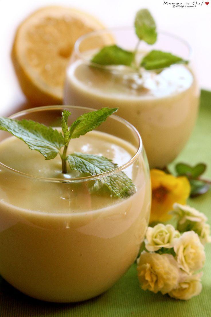 Il Sorbetto cremoso al limone è un sorbetto fresco e leggero preparato con avocado, limone, spumante, olio di cocco, latte di mandorla e sciroppo d'agave.
