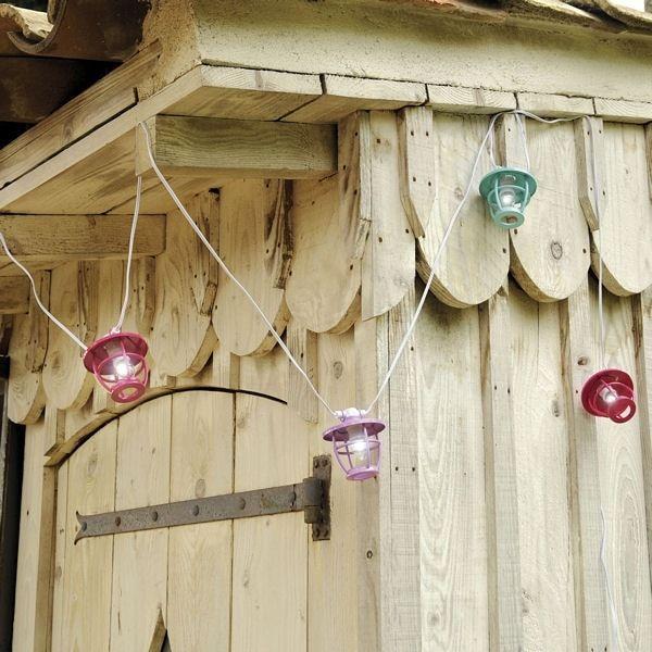 Une guirlande solaire munie de lanternes