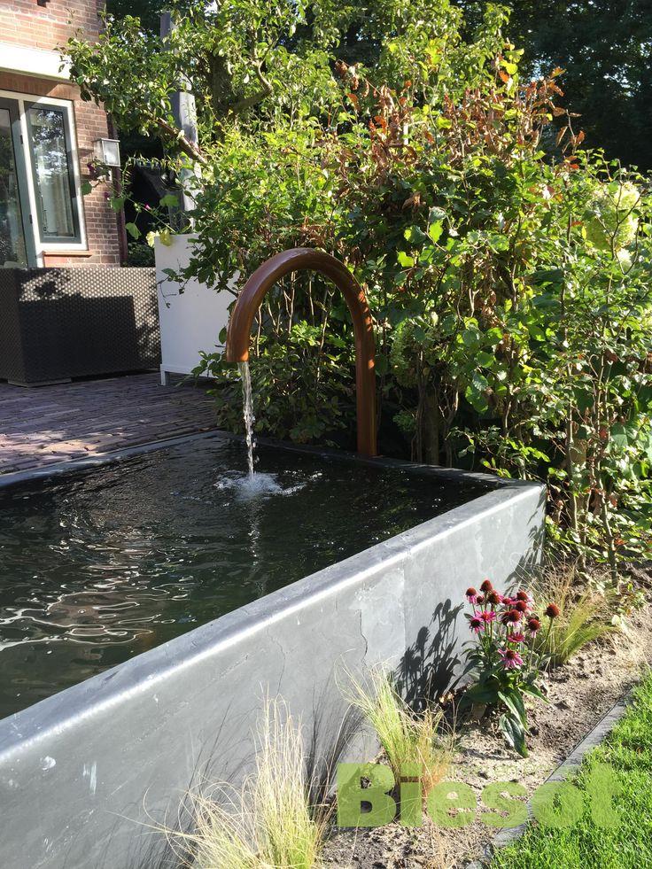 #vijver #waterelement strakke vijver met waterloop in koperkleur de vijver is afgewerkt met steenfineer
