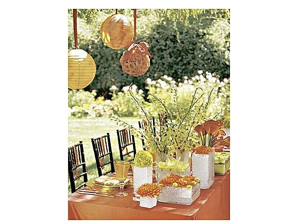 bodas en el jardin con mucho color naranja que contrasta hermosamente con el verde!