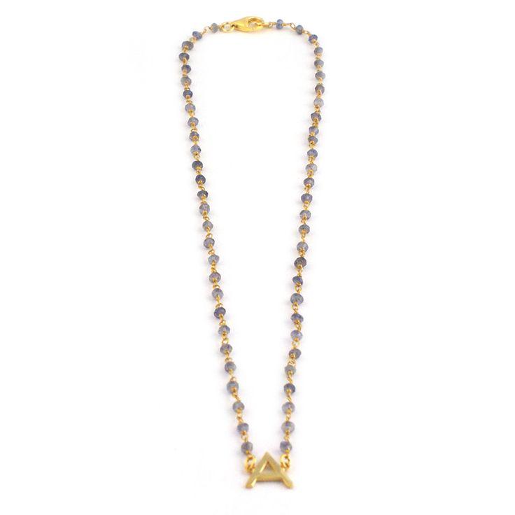 Gargantilla realizada con cadena rosario con piedras naturales y letra de plata chapada en oro. Si no tenemos disponible la letra que estás buscando nos la puedes pedir.