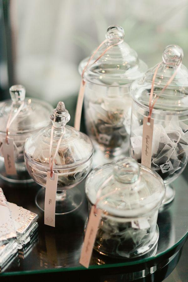 Serveer verschillende soorten thee in afgesloten potten. Leuk detail: de tag :) (Ruffled Blog)