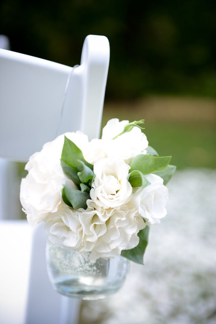 Little details can make all the difference, glass jars with simple one colour flowers - classic.