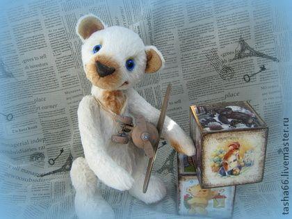 `Хачу литать!` Тедди мишка.. Юный мечтатель...совсем не шкодный,а наоборот,послушный и добрый. Одна мечта у малыша- поскорее вырасти и полететь на самолете...и глазки то у него...цвета небесной синевы!  Выпросил у мамы самолетик и играет целыми днями.