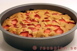 Jordgubbskaka - Recept på jordgubbskaka. Mycket god sockerkaka med jordgubbar. Bilder steg för steg.