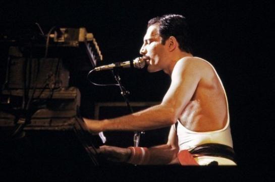 Freddie Mercury, en concert au Palais Omnisport Paris Bercy en 1984.
