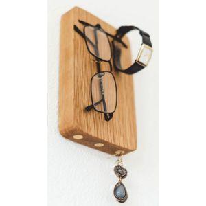 Schlüssel- und Brillenhalter für die Wand aus Eichenholz. Drei starke Magnete für die Schlüsselbünde und ein Gummiband für bis zu 3 Brillen.