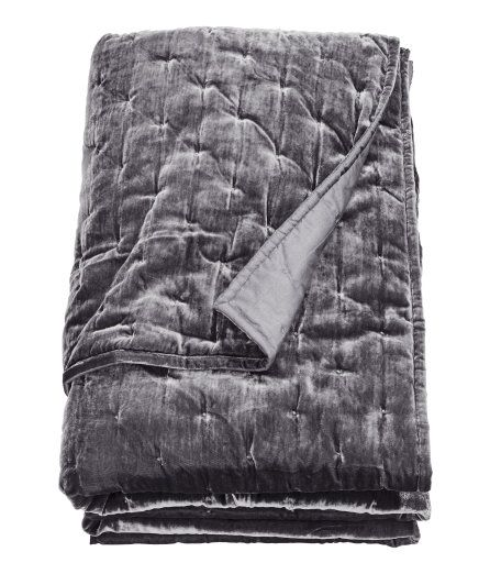 Sjekk ut dette! Et enkelt, lett vattert sengeteppe med overside i fløyel. Sengeteppet har ensfarget underside i vevd bomullskvalitet. Polyesterfylling. - Besøk hm.com for å se mer.