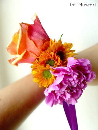 Bransoletka ze świeżych kwiatów