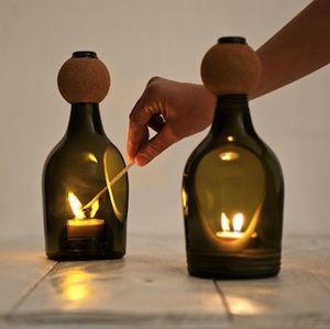 Glasflaschen-Teelichthalter von Lucirmás. Durch die Verwendung von schneiden Sie ein Diamant-Aufschlitzen Scheibe aus ewigen Tools erstellen Löcher in Flaschen in Kerzen und Teelichtern zu halten. Beginnen Sie das Loch mit einem Diamantkernbohrer dann die Form mit der Disc. Datei entfernt die Ränder mit einem Diamantfeile und glätten mit Polierpaste.