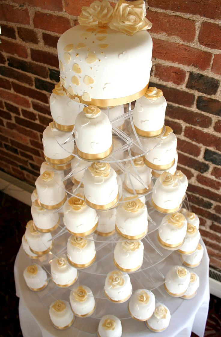 A top tier cutting cake with mini individual wedding cakes makes a dramatic and eye catching display, whilst also providing perfect individual treats for your guests.