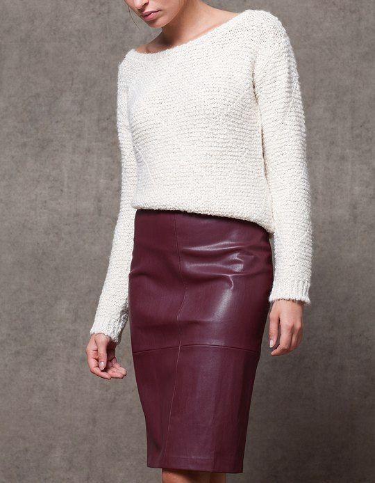 Je vends une jupe crayon de chez Stradivarius, taille haute, de couleur bordeaux, elle est en simili cuir. C'est une taill...