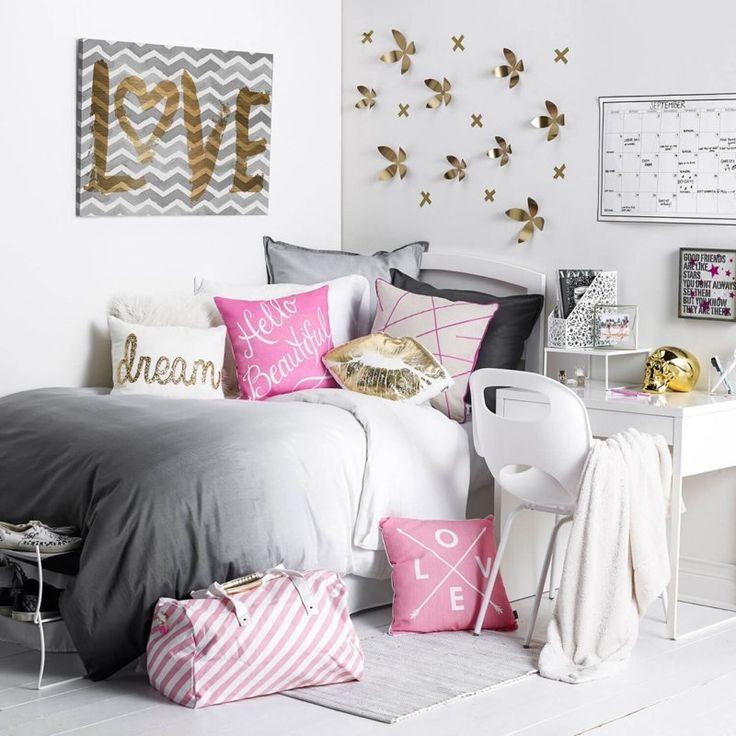 chambre ado fille blanche avec une déco murale en fleurs 3d dorées et une literie en gris, blanc et rose