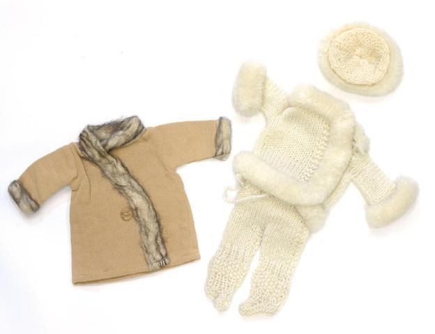 Pour mes courses Manteau garni de lainette mousseuse, Hiver 1929-1930 G.L. and Esquimau Costume de ski tricoté à la main, parements de laine grattée : bonnet, pull-over culotte-guêtre, trois pièces inséparables, Hiver 1929-1930 G.L.
