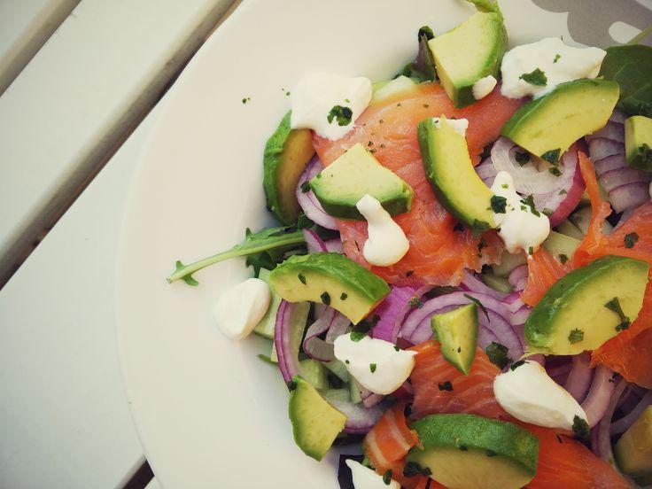 RECEPT: Salade met gerookte zalm, avocado en mierikswortel