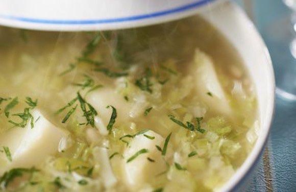 Una versione light della classica zuppa di porri e patate preparata senza burro e con i fagioli cannellini in scatola.