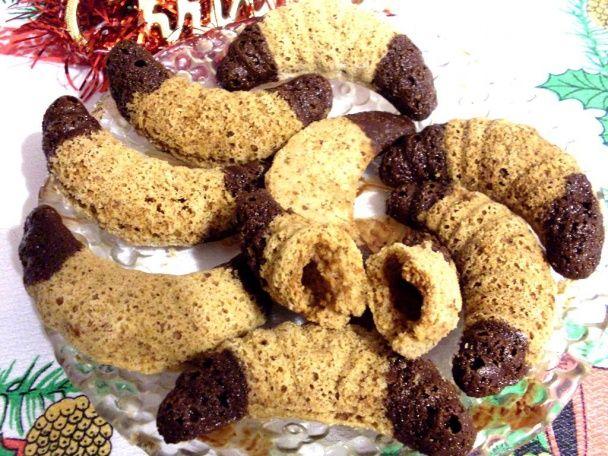 POTREBNÉ PRÍSADY 250g hladkej múky 500g práškového cukru 250g PALMARÍNU 250g mletých orechov alebo kokosovej múčky 1 KL sódy bikarbóny POSTUP PRÍPRAVY Suché suroviny zmiešame v miske, pridáme posekaný zmäknutý PALMARÍN a zamiesime cesto. Do suchých /nevymazaných/ formičiek na rožky si kúsok cesta natlačíme /stačí, keď bude zarovno alebo aj trochu menej/, ale musí byť riadne natlačené…pečieme na 170 °C
