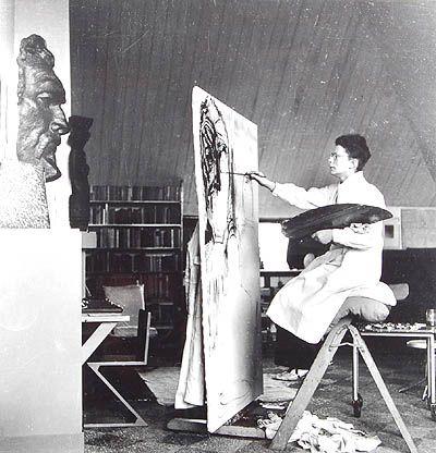 Charley Toorop gefotografeerd in haar atelier in Bergen (1941) door Eva Besnyö.