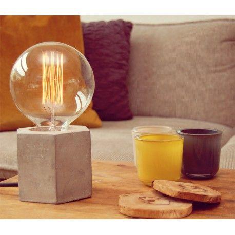 Deze mooie 'Concrete' lamp met een betonnen hexagon voet is een echte blikvanger in je interieur, met de inbegrepen lamp met een diameter van maar liefst 12 cm en een stoer katoenen zwart snoer haal je een unieke lamp in huis.