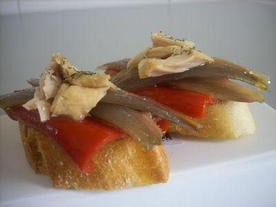 Un canapé sabroso, colorido y fácil de preparar Ingredientes: Pimientos del piquillo confitados anchoas en conserva ventresca de bonito en aceite Elaboración: Sobre una rebanada de pan de baguette,…