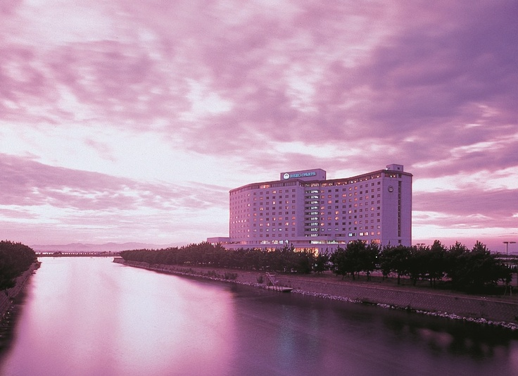 夕焼けの中の浜名湖ロイヤルホテル。