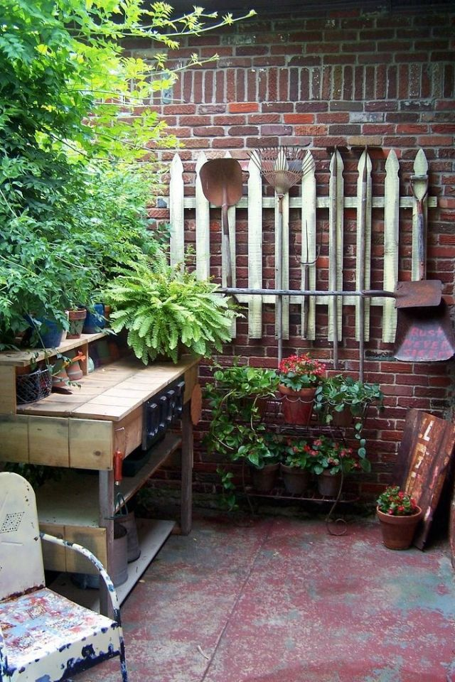 aufbewahrung der gartenger te innenhof wand holz. Black Bedroom Furniture Sets. Home Design Ideas