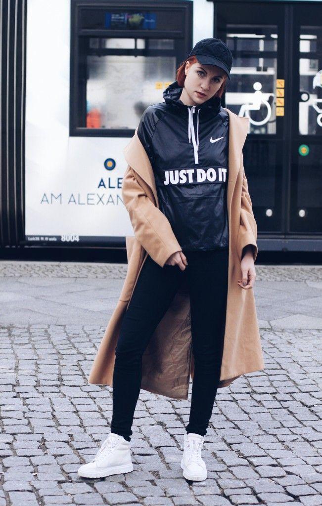 How to be a basic Bitch 2k16? Die Antwort lautet Sportswear zu classy Pieces, wie einem camelfarbenen Coat und einem Make-Up on Point. Kylie Jenner und Co machen es mit engen Jeans oder Leggings, Sneakern, Hoodies und Capis vor. So sehen die Ladies zwar immer Homie-Möchtegern-lässig aus aber dank perfektem Contouring und Lidstrich trotzdem elegant:  http://www.blogger-bazaar.com/2016/04/05/sportswear-2k16/ Lisa Banholzer / Sportswear / Nike / Hoodie / Fashion / Capi / Vetements / Blogger…