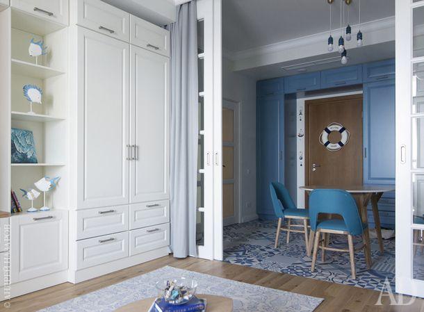 Вся встроенная мебель, шкафы в гостиной, прихожей и постирочной, кухонный гарнитур, изголовье кровати с рыбами и застекленная перегородка выполнены на заказ по эскизам архитектора.