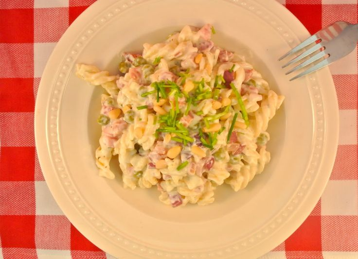 Heerlijke pasta met doperwten, boursin, spekjes en ui. Lekker, makkelijk en snel! Ideaal voor een doordeweekse dag, als je weinig tijd hebt.